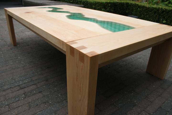 Epoxy river table met transparant pigment